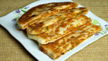 Pizza Paratha - Stuffed vegetable cheese paratha